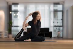 Junge Frau übendes Yoga Stockfoto