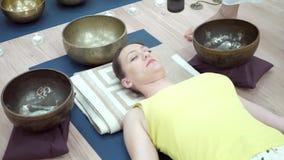 Junge Frau übendes Yoga