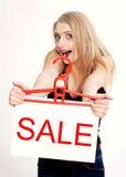 Junge Frau überrascht durch Verkauf Lizenzfreie Stockfotografie