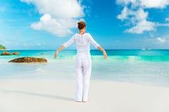 Junge Frau übt Yoga auf dem Strand Lizenzfreie Stockbilder