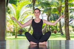 Junge Frau übt Yoga und pilates auf Natur Stockfoto