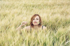 Junge Frau ahmt Schnurrbart auf dem Weizengebiet nach Stockbilder