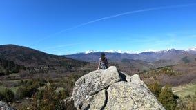 Junge Frau allein hockte auf einem Felsen, die pyrenean Berge, Frankreich beobachtend stock video footage