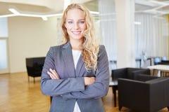 Junge Frau als erfolgreiche Geschäftsfrau lizenzfreie stockfotos