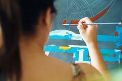 Junge Frau als K?nstler Painting At Home f?r Art Creativity lizenzfreie stockfotografie