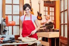Junge Frau als Lehrling in der Holzverarbeitung stockfotografie