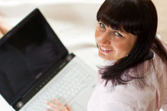 Junge Frau arbeitet an ihrem Laptop Lizenzfreie Stockfotos