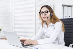 Junge Frau am Arbeitsplatz lizenzfreie stockbilder