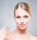 Junge Frau Attrative, die Behandlung in Haut einspritzt Stockfoto