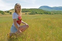 Junge Frau außerhalb der Stadt stockfoto