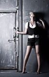 Junge Frau auf altem Gatterhintergrund Stockfoto