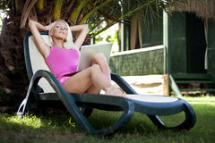 Junge Frau auf Aufenthaltsraum mit Laptop Lizenzfreie Stockfotografie