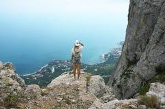 Junge Frau auf Berg lizenzfreies stockfoto
