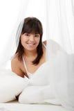 Junge Frau auf Bett Lizenzfreies Stockbild