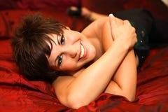 Junge Frau auf Bett Lizenzfreie Stockfotos