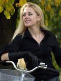 Junge Frau auf bicylce Stockfoto