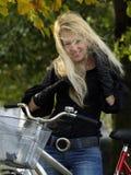 Junge Frau auf bicylce Lizenzfreies Stockfoto