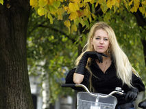 Junge Frau auf bicylce Stockbild