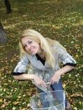 Junge Frau auf bicylce Lizenzfreie Stockfotos