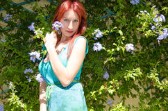 Junge Frau auf Blumen Stockfoto