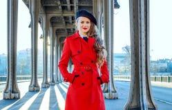Junge Frau auf Brücke Pont de Bir-Hakeim in Paris Lizenzfreies Stockfoto