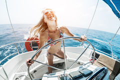 Junge Frau auf dem Boot stockbild