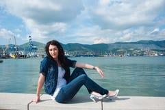 Junge Frau auf dem Damm stockfotos
