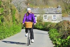 Junge Frau auf dem Fahrrad Stockbild