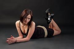 Junge Frau auf dem Fußboden Stockfotografie