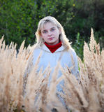 Junge Frau auf dem Gebiet Lizenzfreies Stockbild