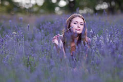 Junge Frau auf dem Gebiet des blühenden Lavendels Stockfoto