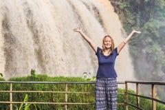 Junge Frau auf dem Hintergrund der majestätischen Landschaft des Elefantwasserfalls im Sommer bei Lam Dong Province, Dalat, Vietn Stockfotografie