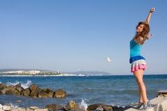 Junge Frau auf dem Hintergrund des Meeres Lizenzfreie Stockfotografie