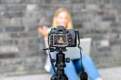 Junge Frau auf dem Kamera LCD-Bildschirm-Wellenartig bewegen Stockfotografie