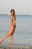Junge Frau auf dem Meer Lizenzfreies Stockfoto