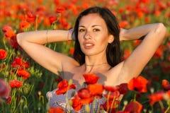 Junge Frau auf dem Mohnblumegebiet Stockbilder