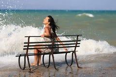 Junge Frau auf dem Pier Stockfotografie