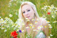 Junge Frau auf dem Sommerfeld Stockfotos