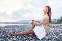Junge Frau auf dem Strand lizenzfreies stockfoto