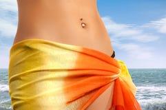 Junge Frau auf dem Strand Stockbild