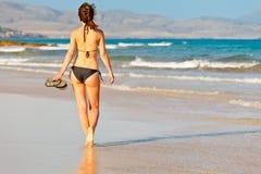 Junge Frau auf dem Strand Stockfoto