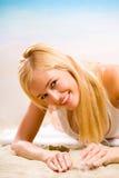 Junge Frau auf dem Strand Stockbilder