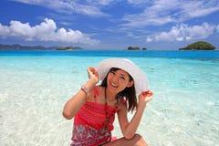 Junge Frau auf dem Strand genießen Sonnenlicht Lizenzfreie Stockfotos