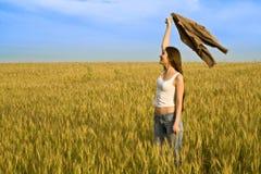 Junge Frau auf dem wheaten Gebiet stockfotografie