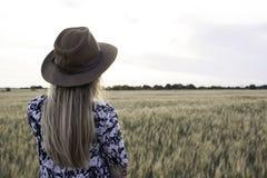 Junge Frau auf den Sommergebieten Stockbilder