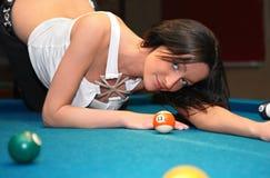 Junge Frau auf der Billiardtabelle Lizenzfreie Stockbilder