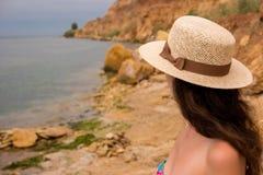 Junge Frau auf der Küste Lizenzfreie Stockfotografie
