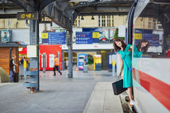 Junge Frau auf der Plattform einer Bahnstation Stockbilder