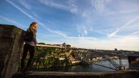 Junge Frau auf der Spitzenaussichtsplattform auf Duero-Fluss, die Brücke Dom Luis übersehend I, Porto Lizenzfreies Stockbild