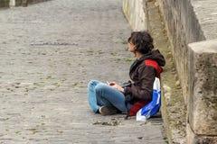 Junge Frau auf der Ufergegend Lizenzfreies Stockfoto
